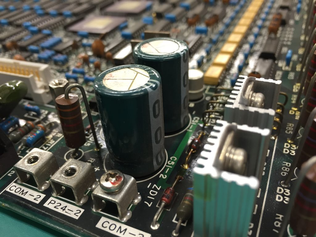 電解コンデンサの例